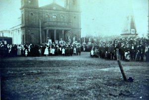 Procesión al frente de la Iglesia
